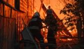 Спасатели тушили ночью дома в рыбацком поселке Радчино.