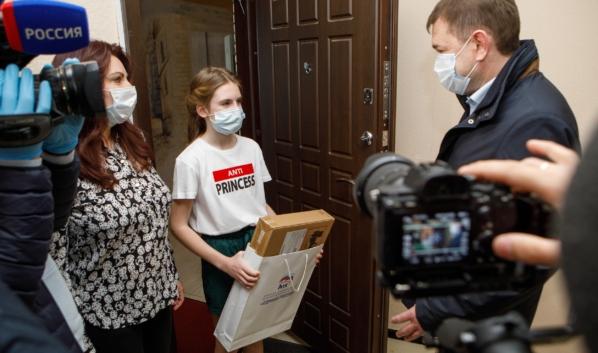 Владимир Нетёсов вручил девочке ноутбук.