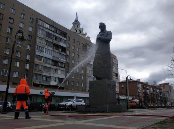 Сотрудники водоканала отмыли памятники.