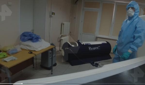 Пациента лечат в барокамере.