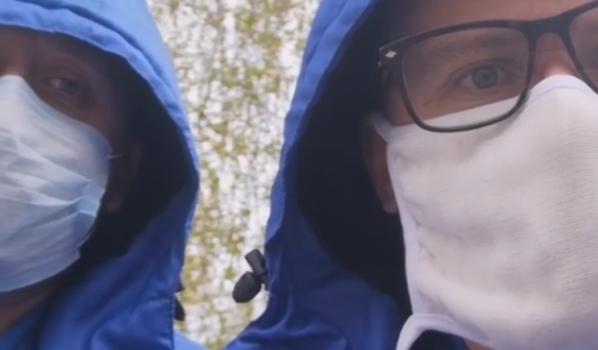Фельдшер (справа)с коллегой, заболевшим коронавирусом.
