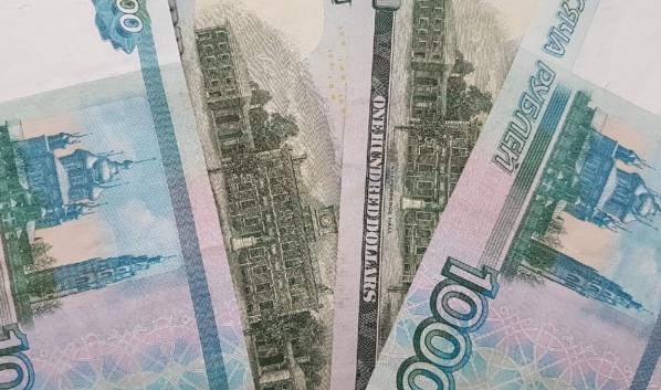 Сбербанк заметил снижение спроса россиян на наличные рубли и валюту.