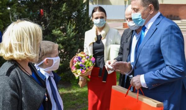 Сенатор Лукин помог обеспечить онлайн-обучение нескольким школьникам.
