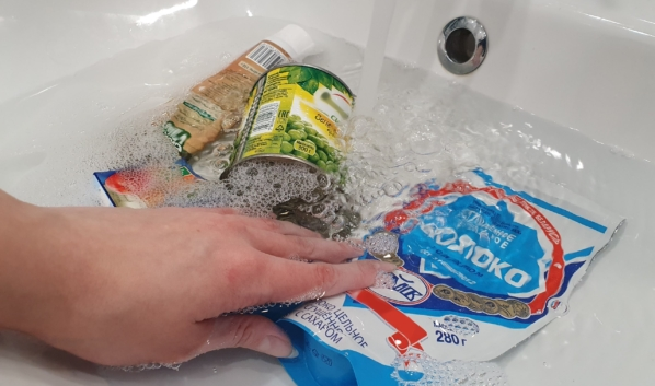Продукты нужно тщательно мыть с мылом.
