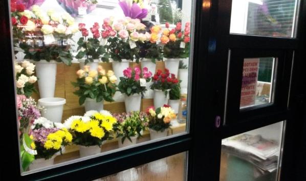 Киоск по продаже цветов.
