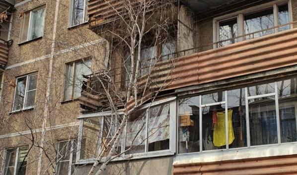 Дерево повредило балконы.