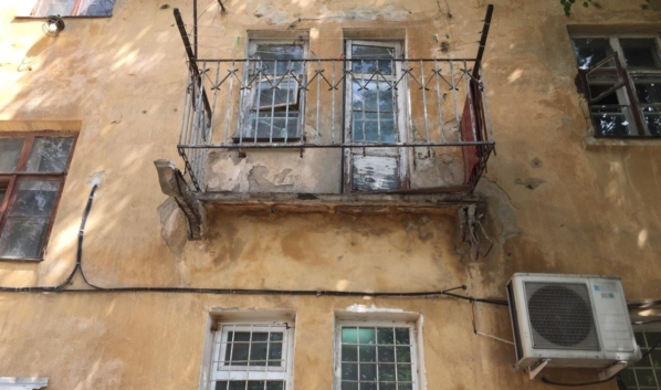 Балкон рухнул вместе с человеком.