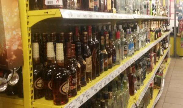 Женщина украла из магазина спиртное.