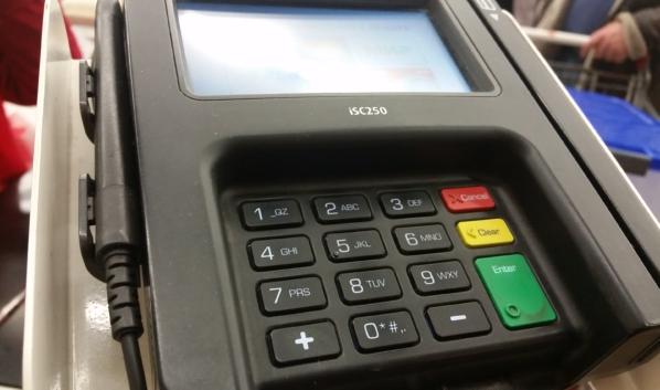 Женщина расплачивалась чужой картой в магазине.