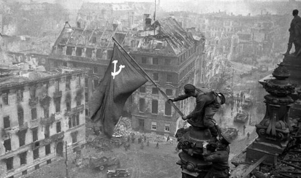 Советские воины водружают Знамя Победы над Рейхстагом.