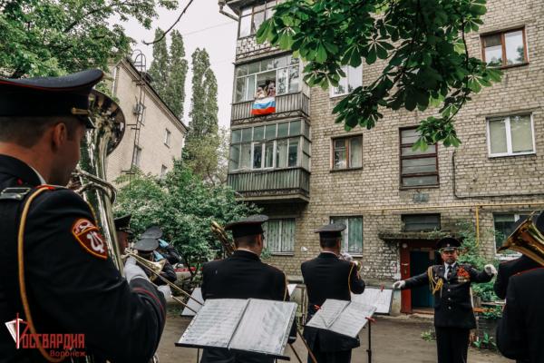 Парад под окнами ветеранов.