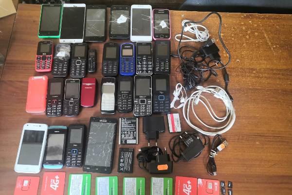 Телефоны пытались передать в колонию.