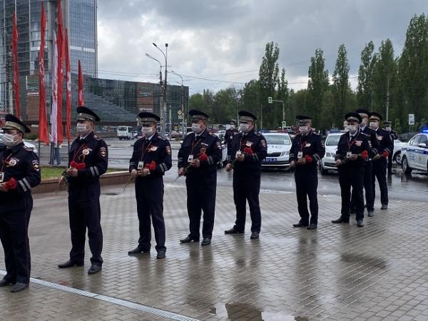 Сотрудники воронежской Госавтоинспекции почтили память погибших в Великой Отечественной войне.
