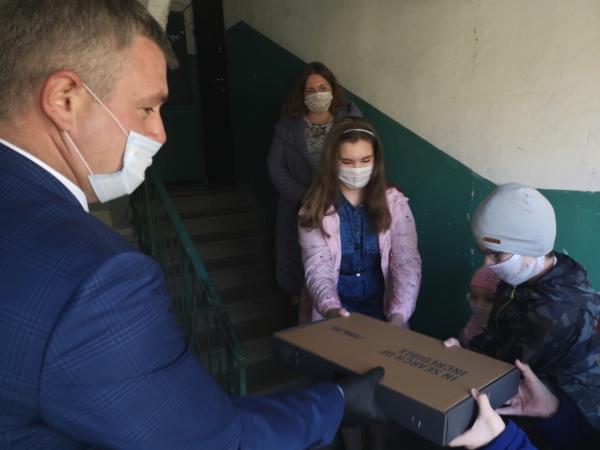 Малообеспеченным семьям сотрудники ДСК подарили ноутбуки.