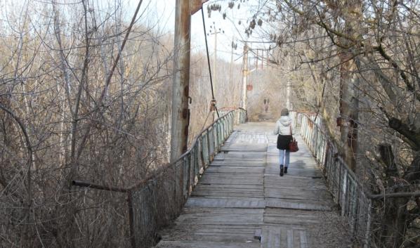 Вот по такому мосту ходят местные жители.