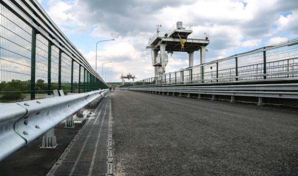 Движение по мосту откроют сегодня днем.