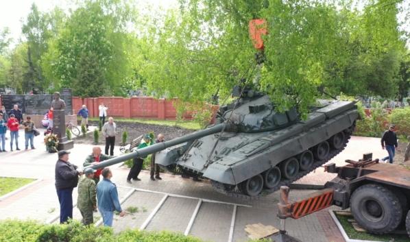 Установка танка Т-80Б.