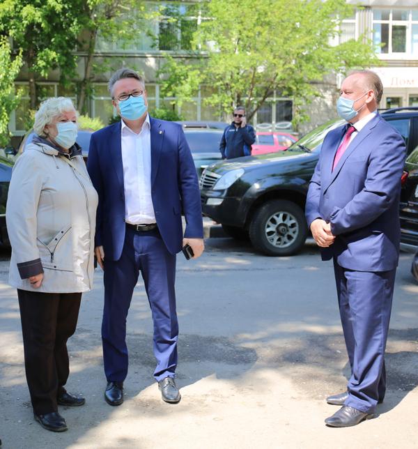 Мэр проверил, как проходит благоустройство дворов в Коминтерновском районе Воронежа.