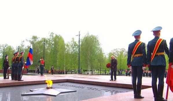 Президент возложил цветы к Могиле Неизвестного солдата.