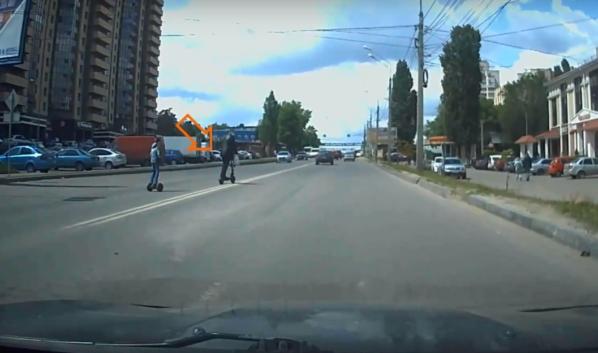 Мужчина с ребенком очень опасно пересекли дорогу.