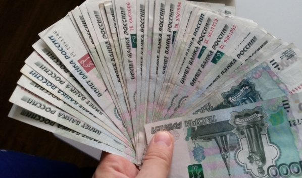 Деньги мужчина положил в банку и спрятал в сарай.