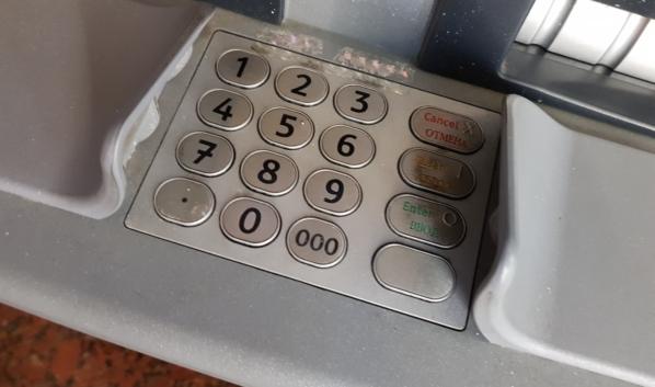 Деньги снимали в банкоматах.