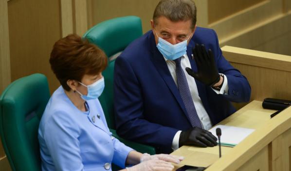 Сенатор Сергей Лукин на заседании.