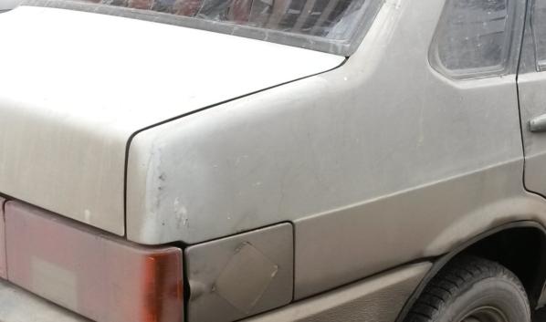 Парень врезался на угнанной машине в бетонный блок.