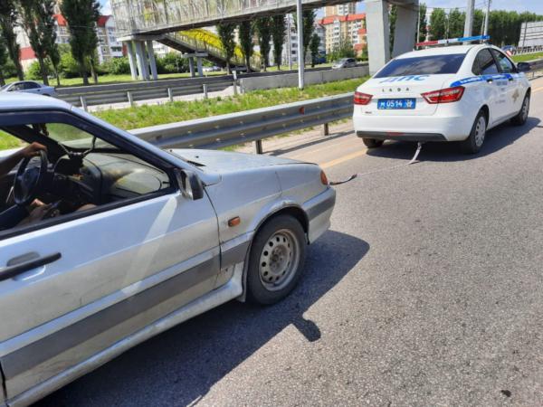 Сотрудники ГИБДД помогли отбуксировать авто.