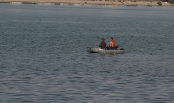 На водохранилище перевернулась лодка.