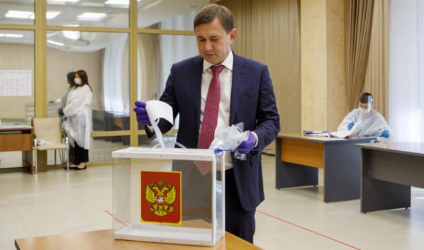 Владимир Нетёсов на участке для голосования.