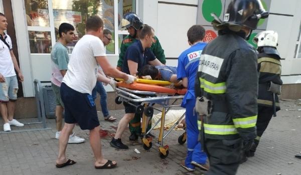 Иномарка сбила людей на тротуаре.