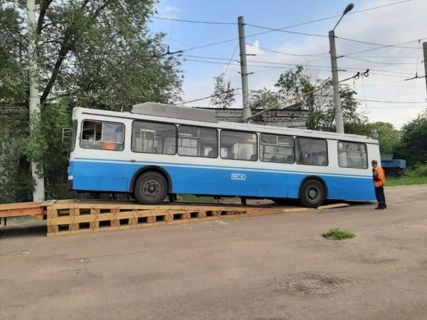Привезли первые три троллейбуса.