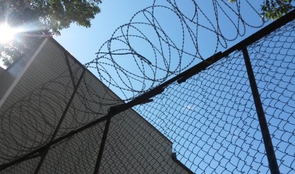 Воронежец перебросил наркотики через забор.