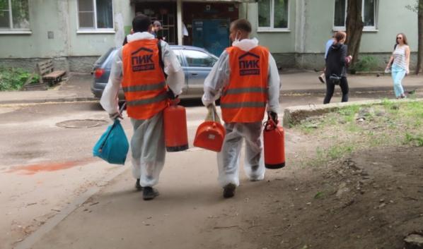 Работники идут обрабатывать подъезды.