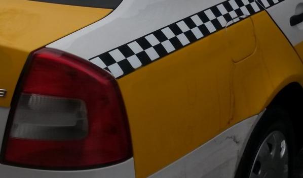 Клиентка угнала машину у таксиста.