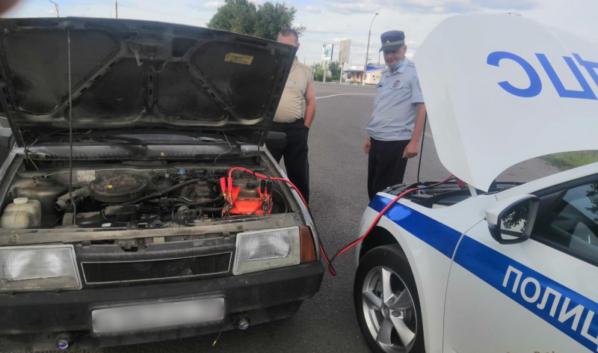 Полицейские помогли водителю.