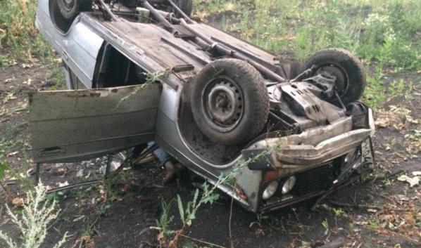 ВАЗ-2106 опрокинулся в кювет.