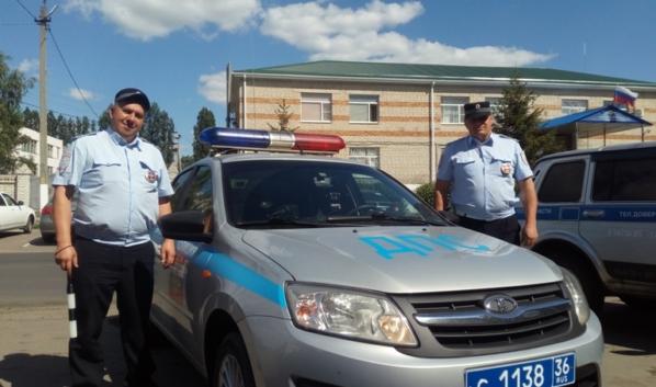 Стражи порядка помогли водителю заглохшего авто.
