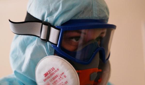 Врачи продолжают спасать жизни больных коронавирусом.