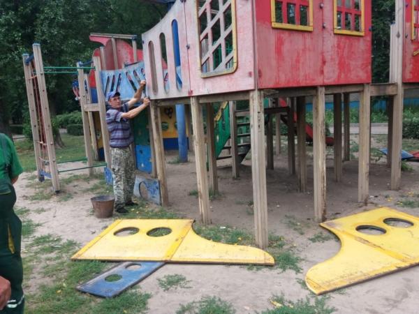 Разобрали детскую площадку.