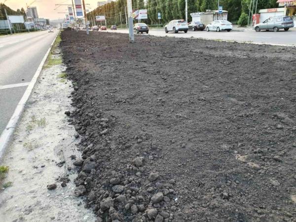 Рельсы засыпали землей.