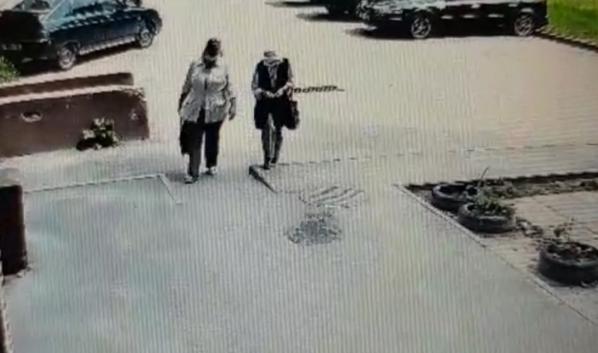 Женщина обманула старушку.