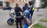 Мужчина вез сына на скутере.