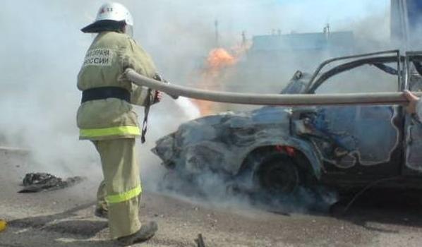 Спасатели потушили огонь, но автомобиль уже полностью сгорел.