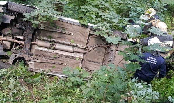 Автомобиль упал с обрыва неподалеку от родника.