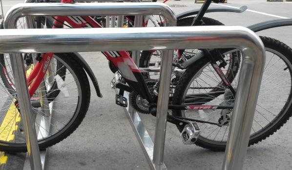 Велосипеды часто воруют.