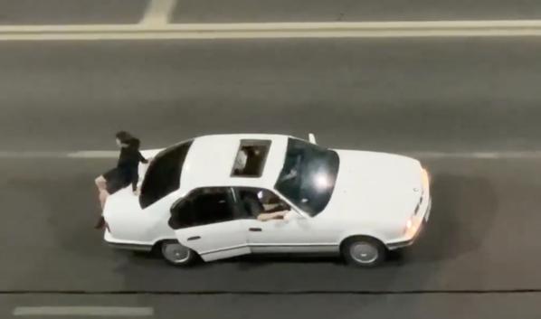 BMW везла пассажира на багажнике.