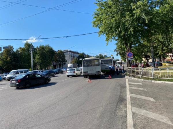 Автобусы столкнулись на улице Кольцовской.