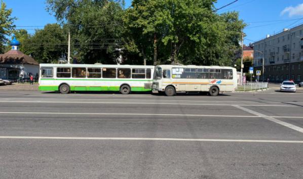 Автобусы столкнулись на улице Кольцовской.Автобусы столкнулись на улице Кольцовской.